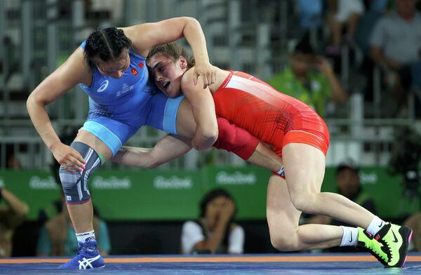 Россиянка Наталья Воробьева (справа)