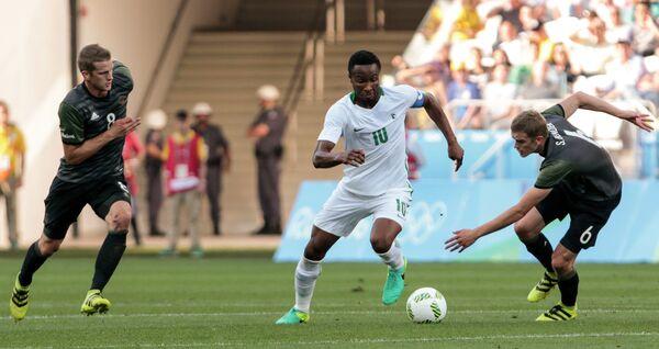 Полузащитник сборной Нигерии Джон Оби Микел (в центре)