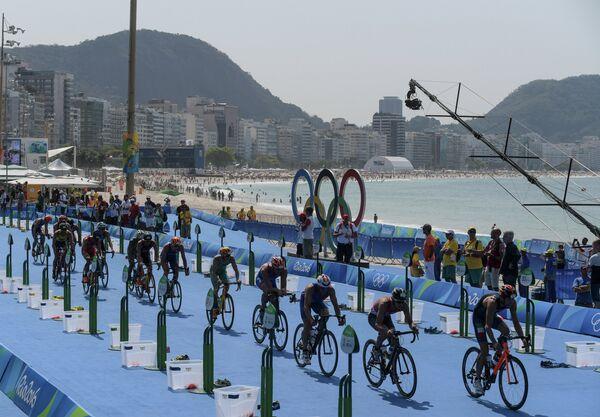 Спортсмены в велогонке на соревнованиях мужского триатлона на XXXI летних Олимпийских играх