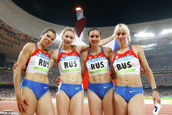 Российские спортсменки Анастасия Капачинская, Татьяна Фирова, Людмила Литвинова, Юлия Гущина (слева направо) выиграли в финале женской эстафеты 4x400 серебряную медаль Олимпиады в Пекине