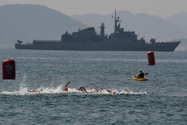 Соревнования по плаванию во время триатлона на XXXI летних Олимпийских играх