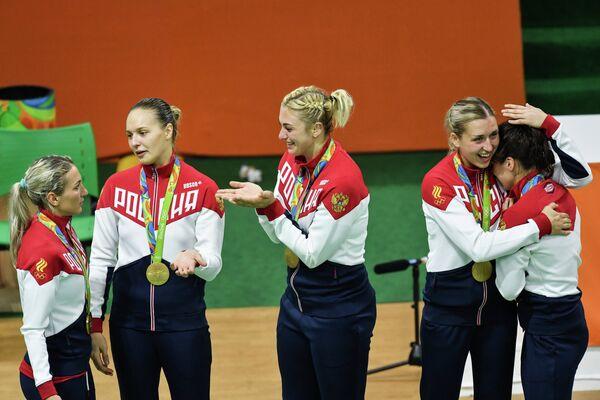 Гандболистки сборной России Ирина Близнова, Дарья Дмитриева , Анна Сень, Ольга Акопян и Анна Вяхирева (слева направо)