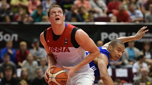 Центровой сборной России Тимофей Мозгов (слева)