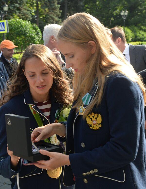 Чемпионки Игр XXXI Олимпиады по синхронному плаванию Влада Чигирева (справа) и Гелена Топилина