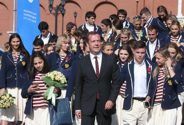 Дмитрий Медведев на Ивановской площади Московского Кремля с российскими олимпийцами