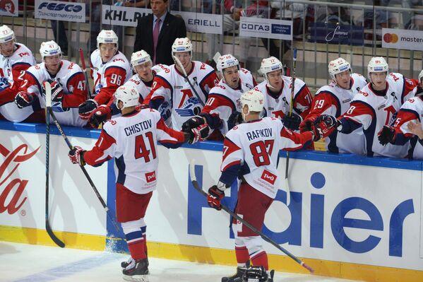 Игроки Локомотива радуются заброшенной шайбе