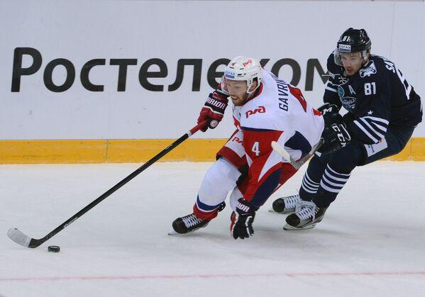 Защитник Локомотива Владислав Гавриков (слева) и нападающий Адмирала Дмитрий Саюстов