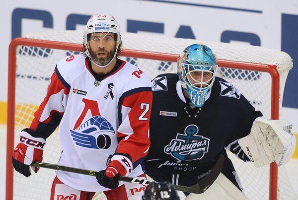 Нападающий Локомотива Максим Тальбо (слева) и вратарь Адмирала Иван Налимов