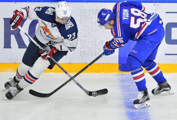 Защитник СКА Дмитрий Юдин (справа) и форвард Металлурга Евгений Тимкин