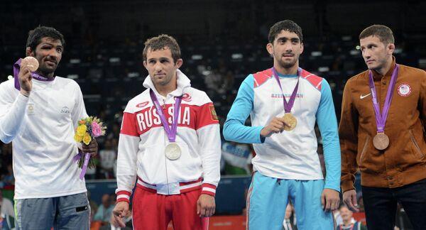 Йогешвар Дутт (слева)