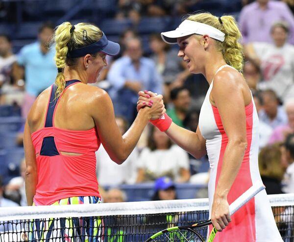 Немецкая теннисистка Ангелика Кербер и датчанка Каролина Возняцки (слева направо)