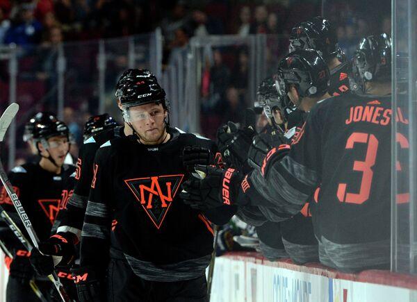 Защитник сборной Северной Америки (игроки не старше 23 лет) по хоккею Морган Райли (лицом на переднем плане)