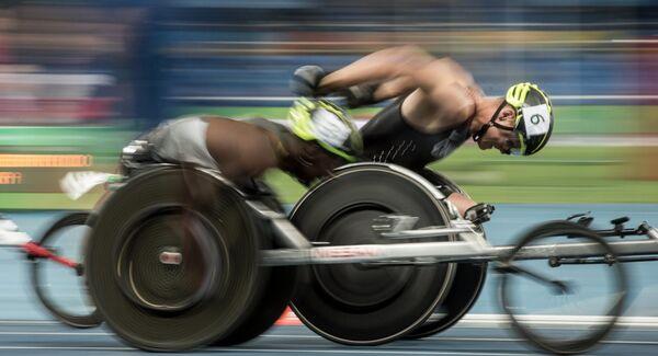 Спортсмены на дистанции заезда на 100 метров на соревнованиях по легкой атлетике среди женщин на XV летних Паралимпийских играх 2016 в Рио-де-Жанейро