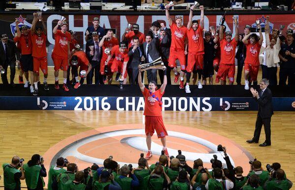 Игрок ПБК ЦСКА Виктор Хряпа (в центре) на церемонии награждения после окончания финального матча Финала четырех баскетбольной Евролиги