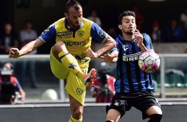 Форвард итальянского футбольного клуба Кьево Риккардо Меджорини (слева)