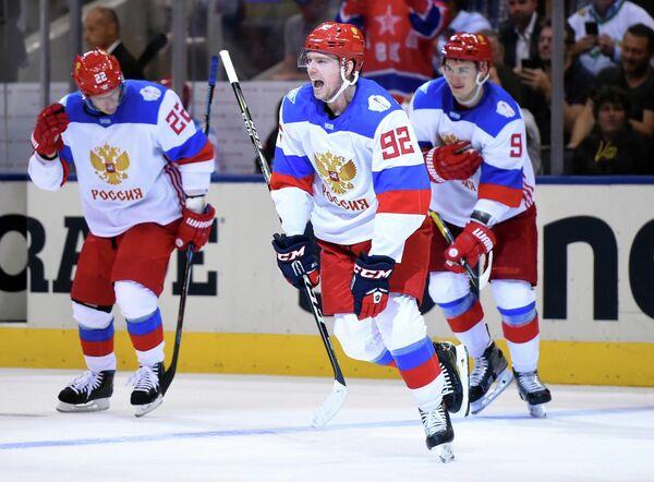 Российские хоккеисты, в центре - Евгений Кузнецов, радуются победе на Кубке мира