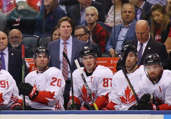 Главный тренер сборной Канады по хоккею Майк Бэбкок (в центре на втором плпане)