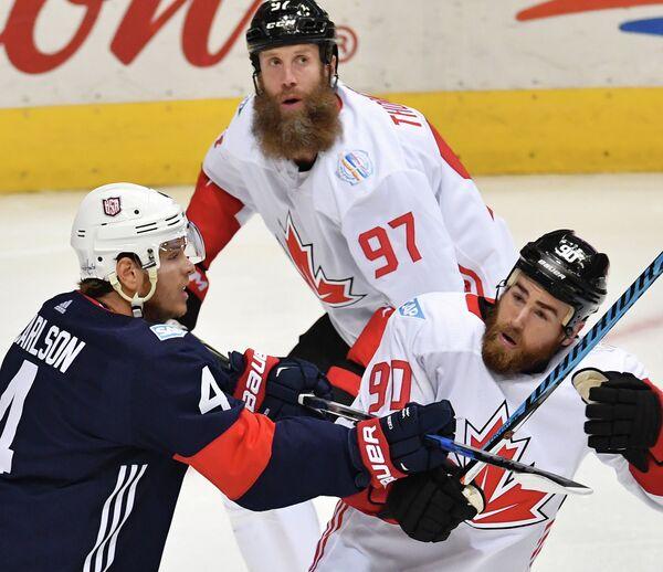 Защитник сборной США Джон Карлсон, нападающие сборной Канады Джо Торнтон и Райан О'Райлли (слева направо)