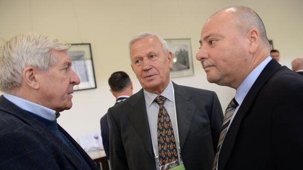 Почетный президент Российского футбольного союза (РФС) Вячеслав Колосков (в центре)