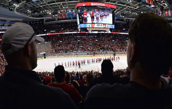 Болельщики после окончания матча 1/2 финала Кубка мира по хоккею между сборными Канады и России