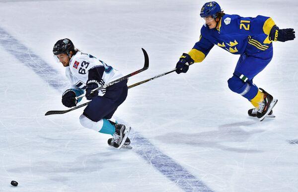 Форвард сборной Европы Матс Цуккарелло и нападающий сборной Швеции Луи Эрикссон (справа)