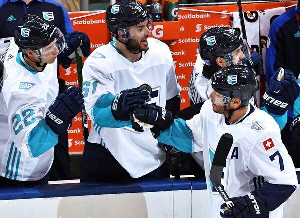Хоккеисты сборной Европы Нино Нидеррайтер, Франс Нильсен и Марк Штрайт (слева направо)