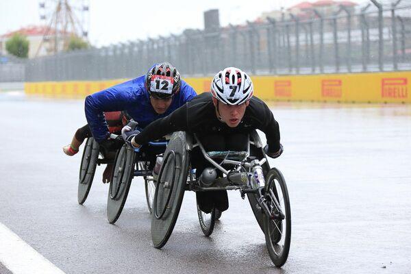 Гонки на спортивных колясках среди паралимпийцев