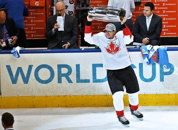 Капитан сборной Канады Сидни Кросби радуется победе в финале Кубка мира по хоккею