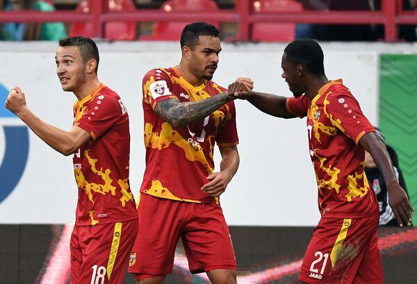Футболисты тульского Арсенала Никита Бурмистров, Фелицио Браун Форбс и Джерсон Вергара (слева направо)