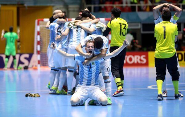 Игроки сборной Аргентины по мини-футболу радуются победе