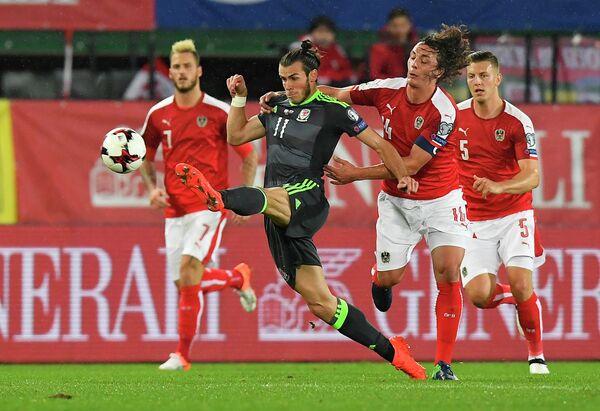 Нападающий сборной Уэльса Гарет Бэйл и защитник сборной Австрии Юлиан Баумгартлингер (на первом плане слева направо)