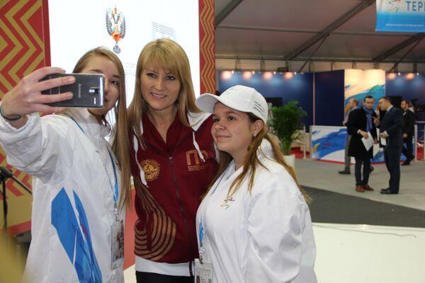 Светлана Журова (в центре)