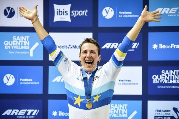 Представительница Украины Любовь Басова во время церемонии награждения после победы в кейрине на чемпионате Европы по велоспорту на треке
