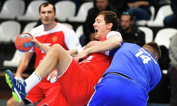 Игрок сборной России Дмитрий Житников (слева)