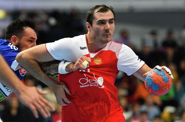 Игрок сборной России Александр Шкуринский (справа) и игрок сборной Словакии Мартин Брятка