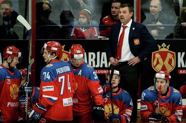 Главный тренер сборной России Олег Знарок (справа на втором плане) и игроки сборной России