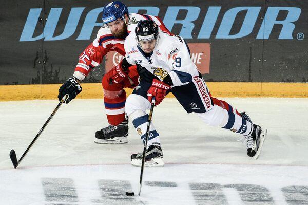 Форвард сборной Финляндии Сакари Салминен (справа) и защитник сборной Чехии Адам Полашек