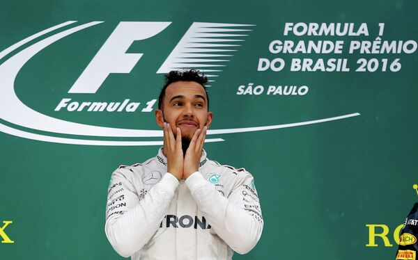 Пилот Мерседеса Льюис Хэмилтон на подиуме Гран-при Бразилии
