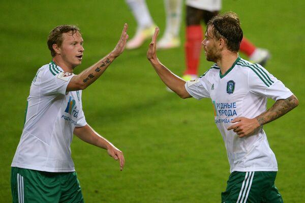 Футболисты Томи Евгений Баляйкин (слева) и Эрик Бикфалви радуются забитому голу