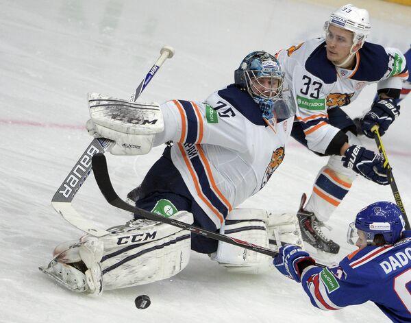 Вратарь ХК Амур Сергей Борисов (слева) и защитник ХК Амур Томми Тайми