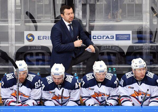 Главный тренер Металлурга Илья Воробьёв (на втором плане)