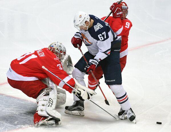 Вратарь Спартака Никита Беспалов (слева) и форвард Металлурга Дмитрий Казионов (в центре)