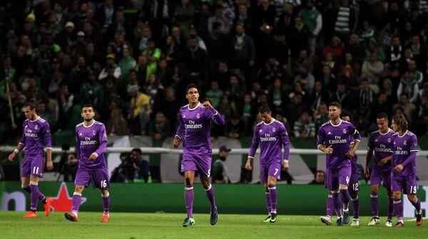 Защитник мадридского Реала Рафаэль Варан (третий слева)