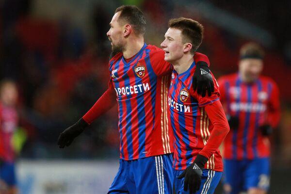 Футболисты ЦСКА Сергей Игнашевич (слева) и Александр Головин