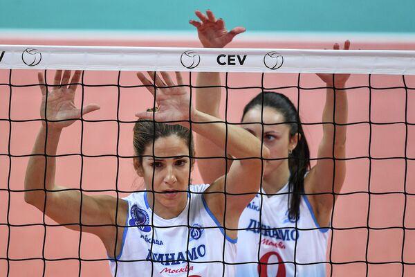 Игроки ЖВК Динамо (Москва) Майя Поляк (слева) и Вера Ветрова