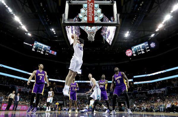 Игровой момент матча НБА Шарлотт Хорнетс - Лос-Анджелес Лейкерс