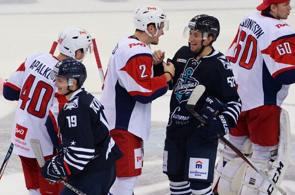 Нападающий Адмирала Владимир Ткачев (слева на первом плане)