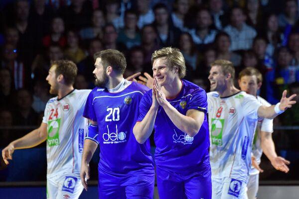 Российские гандболисты Михаил Чипурин и Павел Атман (справа) после поражения от норвежцев