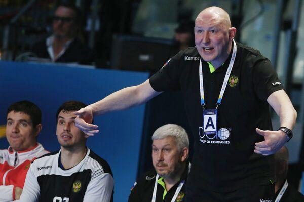 Главный тренер мужской сборной России по гандболу Дмитрий Торгованов (справа)