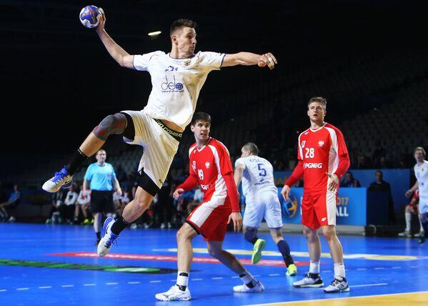 Игрок сборной России Сергей Шелменко, игрок сборной Польши Томаш Гебала (слева направо).